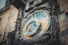 Viens no slavenākajiem Prāgas apskates objektiem ir Astronomiskais pulkstenis, kas atrodas iepretim pilsētas domei. Katru stundu pulksteņa sānos parād 8