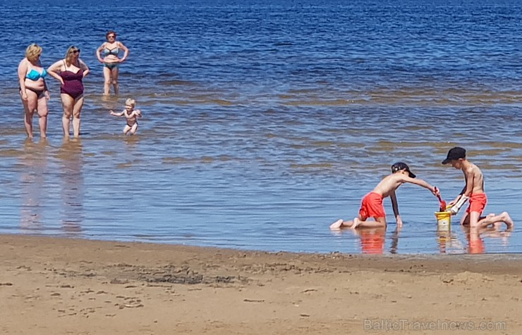 Karstais un saulainais laiks ir piepildījis Jūrmalas pludmali ar atpūtniekiem un tūristiem. Foto: Samsung Note8