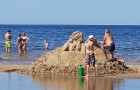 Karstais un saulainais laiks ir piepildījis Jūrmalas pludmali ar atpūtniekiem un tūristiem. Foto: Samsung Note8 6