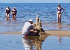 Karstais un saulainais laiks ir piepildījis Jūrmalas pludmali ar atpūtniekiem un tūristiem. Foto: Samsung Note8 8