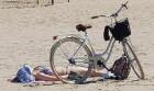 Karstais un saulainais laiks ir piepildījis Jūrmalas pludmali ar atpūtniekiem un tūristiem. Foto: Samsung Note8 12