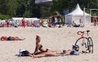 Karstais un saulainais laiks ir piepildījis Jūrmalas pludmali ar atpūtniekiem un tūristiem. Foto: Samsung Note8 16