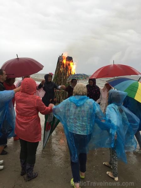 Vasaras saulgriežu laikā patriotiski noskaņoti cilvēki izgaismojuši Latviju, apejot tai apkārt