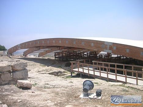19 km pirms Lemesos pilsētas atrodas Kourion Kipras ievērojamākā arheoloģisko izrakumu apskates vieta. Kourion senatnē bija svarīga pilsētvalsts ar Ro 14750