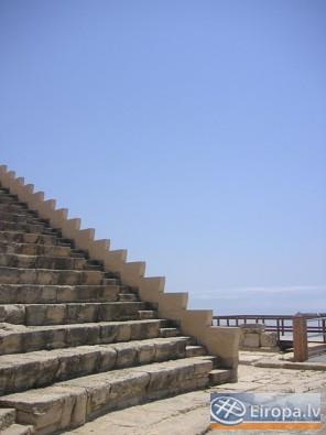 Kompleksā atrodas arī 2.gs.p.m.ē. veidotais Grieķu-Romiešu teātris. Kā tas bija ierasts teātri tika būvēti ar skatu uz jūru, lai varētu uzmanīt piekra 14753