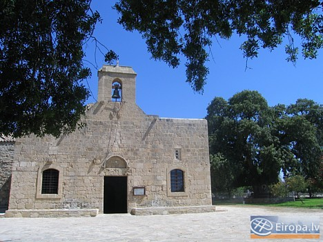 7 km pirms Larnakas, Kiti ciematā atrodas Angeloktisti jeb Enģeļu celtā baznīca, tajā ir saglabājies rets 6. gs. mākslas piemērs - sienu mozaika - Jau 14756