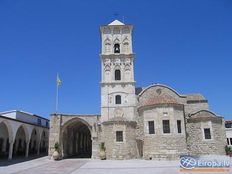 Pašā Larnakā atrodas Sv. Lācara baznīca. Baznīca ir viens no iespaidīgākajiem Biznatijas arhitektūras piemēriem Kiprā. Baznīcas pagrabā atrodas Bībele 14757