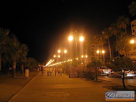 Vakarā pilsēta kļūst vēl dzīvīgāka, cilvēki atpūšas un bauda kūrorta gaisotni malkojot dzērienu restorānos un bāros. 14762