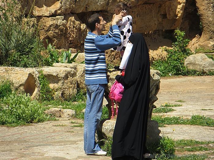 Vai sievietei valkāt apģērbu, kas aizsedz visu ķermeni, to joprojām stingri ticīgās ģimenēs nosaka vīrs 93305