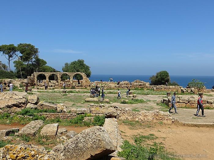 4.gadsimta beigās celta antīka Bazilika, par kuras varenumu tagad vien liecina milzīgo kolonnu un arku pārpalikumi 93306